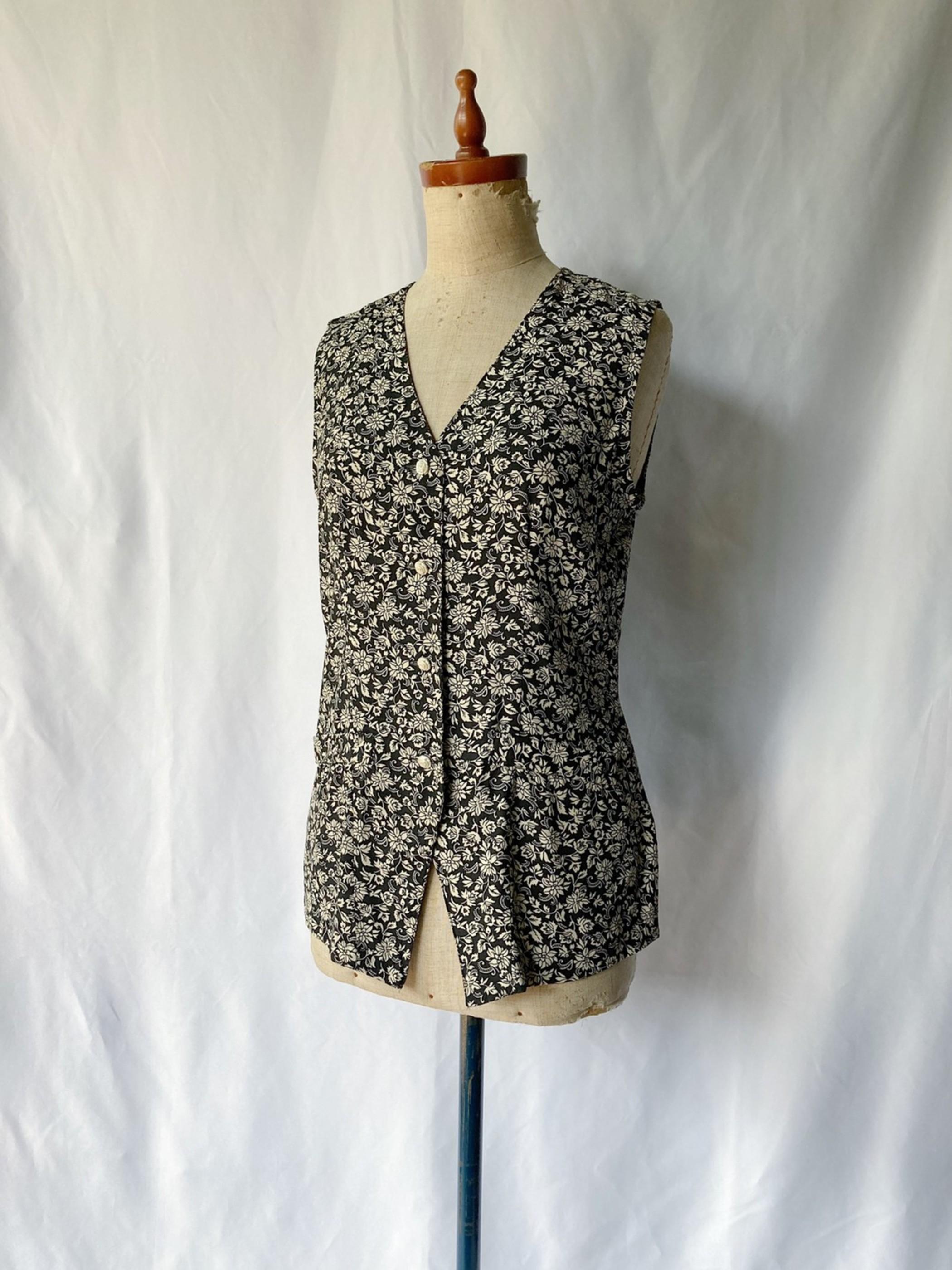 sleeveless monotone shirt